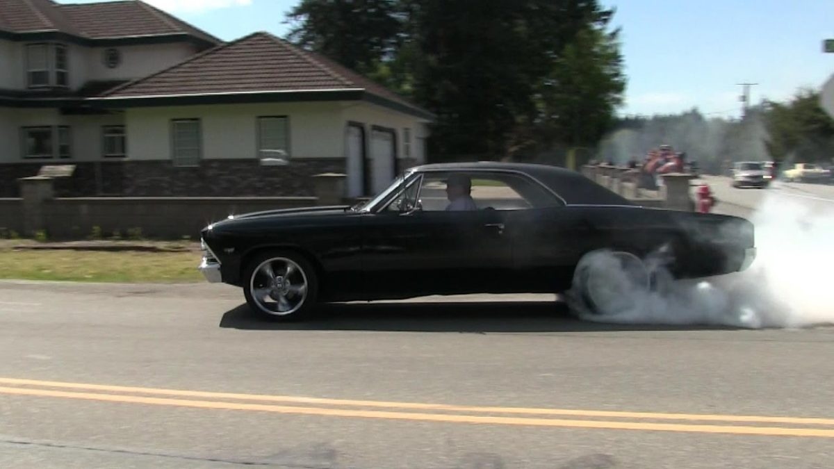 Crazy street accelerations and burnouts,insane sound of muscle cars ...